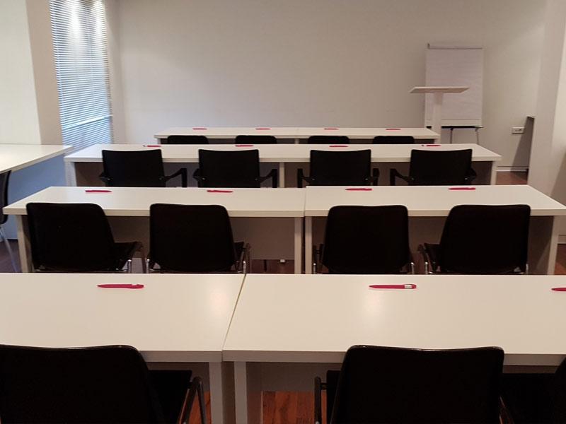 Sala de reuniones con capacidad para 16 personas.