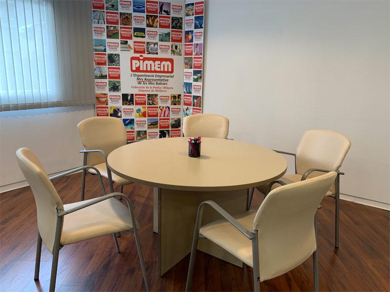 Despacho de reunión, con una capacidad para 8 personas.